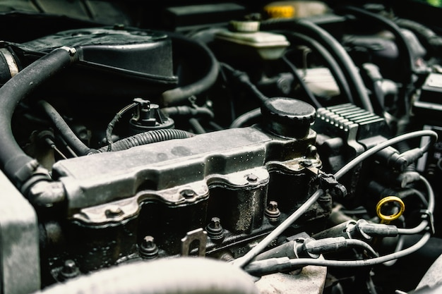 Controlla lo stato del motore dell'auto. Foto Premium