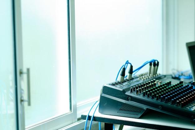 Controllo del suono per concerti, controllo mixer, ingegnere musicale, backstage Foto Premium