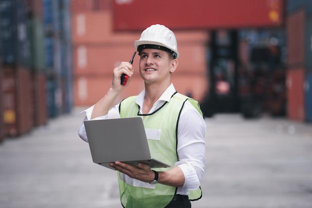 Controllo dell'ingegnere che carica la scatola del contenitore dall'esportazione dell'importazione della nave del carico del carico Foto Premium