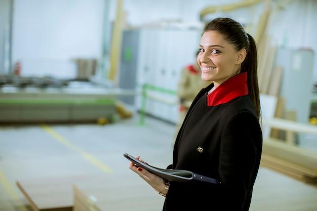 Controllore femminile nella fabbrica di mobili Foto Premium