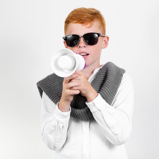 Cool ragazzo con gli occhiali da sole Foto Gratuite