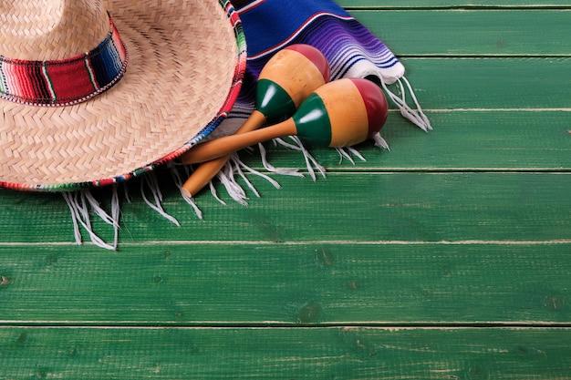 Coperta del serape del sombrero del fondo di legno di cinco de mayo del messico Foto Premium