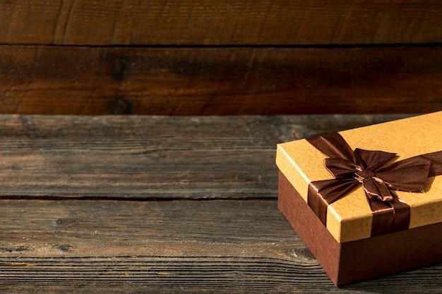Copi lo spazio regalo carino su fondo di legno Foto Gratuite