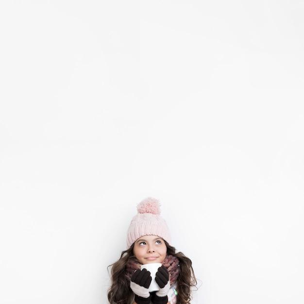 Copia-spazio bambina in inverno a bere il tè Foto Gratuite