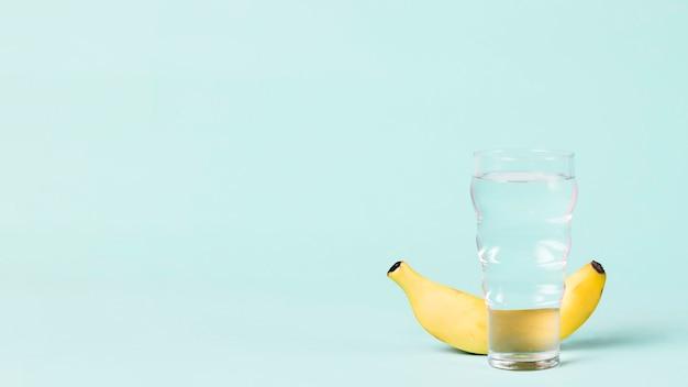 Copia spazio con banana e acqua Foto Gratuite