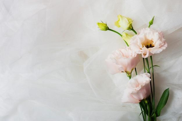 Copia spazio con fiori eleganti Foto Gratuite