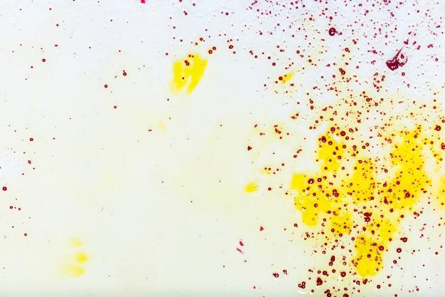Copia spazio con macchie gialle e macchioline Foto Gratuite