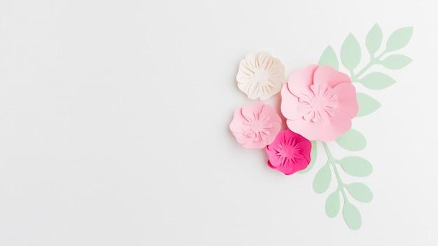 Copia-spazio con ornamento floreale di carta Foto Gratuite