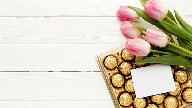 Copia-spazio fiori e cioccolato Foto Gratuite