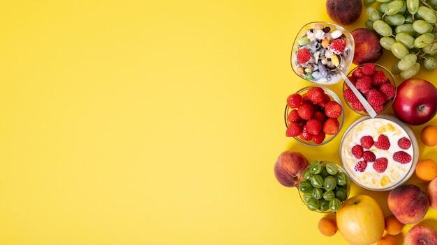 Copia spazio frutta fresca e cereali colazione Foto Gratuite