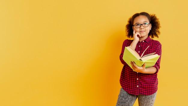 Copia-spazio ragazza con occhiali da lettura Foto Gratuite