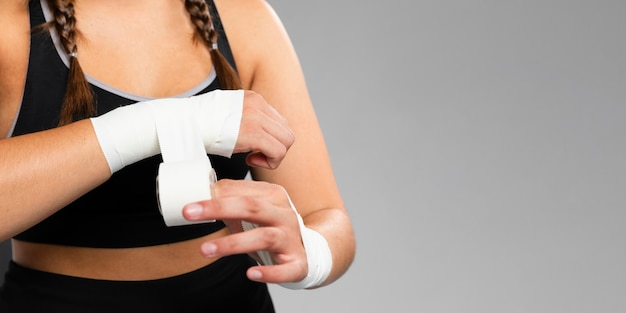 Copia spazio sfondo e donna bendando le mani Foto Gratuite