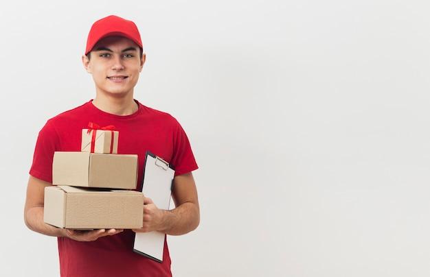 Copia-spazio uomo con pacchetti di consegna Foto Gratuite