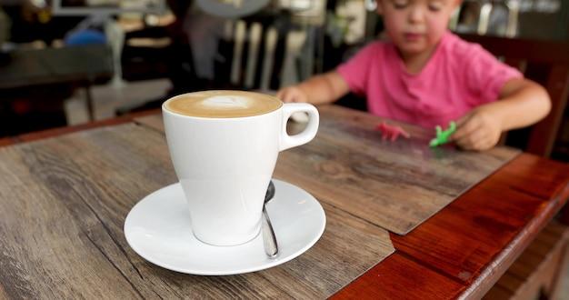 Coppa aromatizzata azienda cappuccino bambino Foto Premium