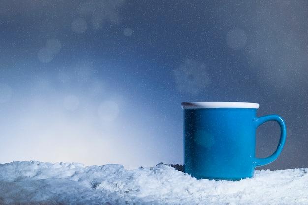 Coppa blu posizionata sulla neve Foto Gratuite