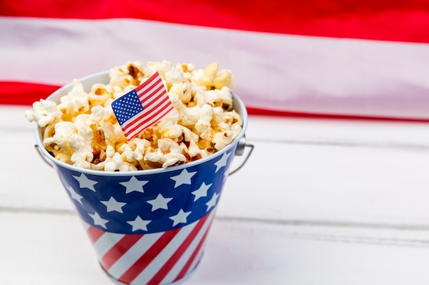 Coppa con emblema della bandiera americana e popcorn croccante Foto Gratuite