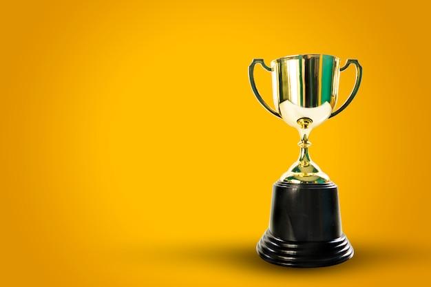 Coppa d'oro sulla celebrazione del concetto di sfondo Foto Premium