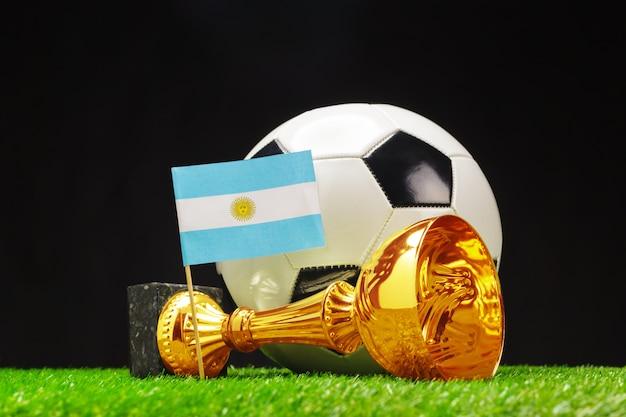 Coppa di calcio con calcio su erba Foto Premium