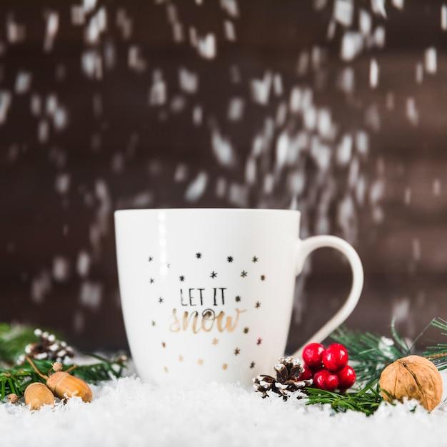 Coppa vicino a strappi e rami sulla neve Foto Gratuite