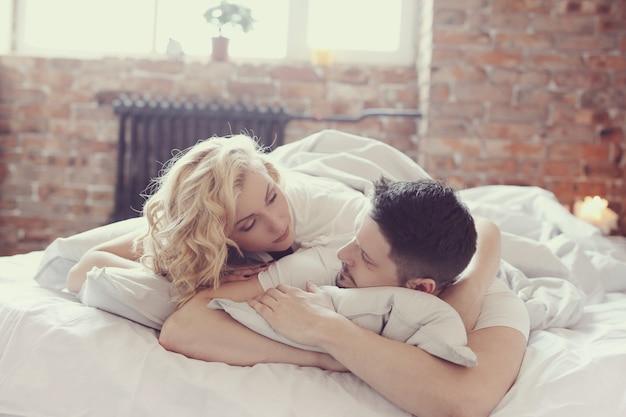 Coppia a letto Foto Gratuite