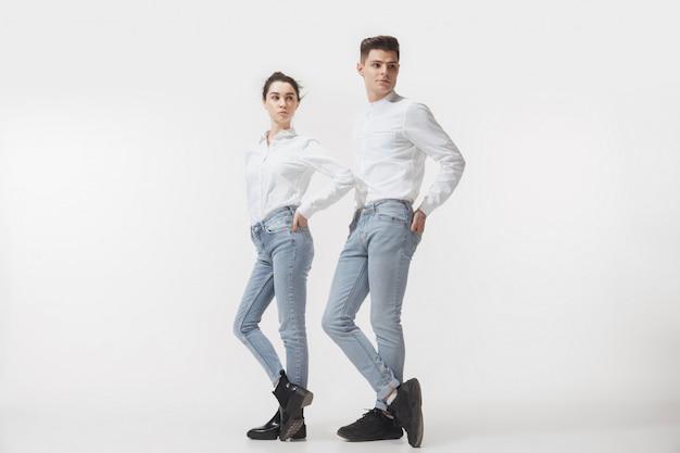 Coppia alla moda alla moda in posa Foto Gratuite