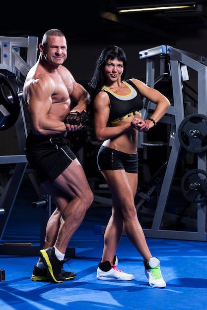 Coppia allenandovi in palestra Foto Gratuite