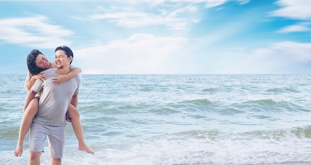 Coppia asiatica sulla spiaggia Foto Gratuite
