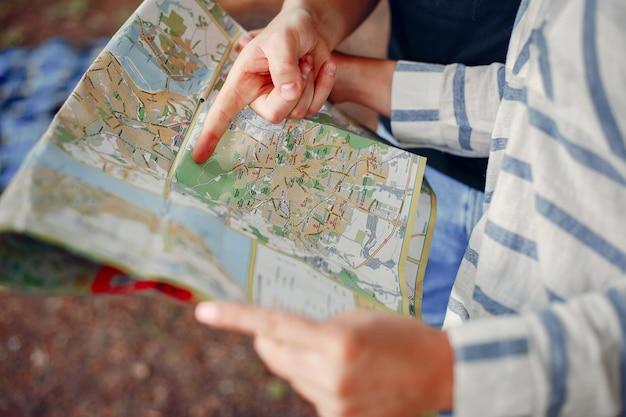 Coppia carina alla ricerca di un destino nella mappa Foto Gratuite