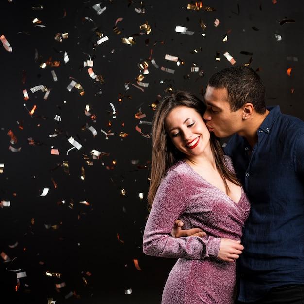 Coppia carina baci per capodanno Foto Gratuite