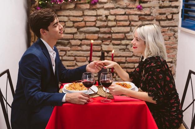 Coppia cenando il giorno di san valentino Foto Gratuite