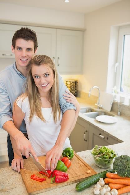 Coppia che lavora in cucina Foto Premium