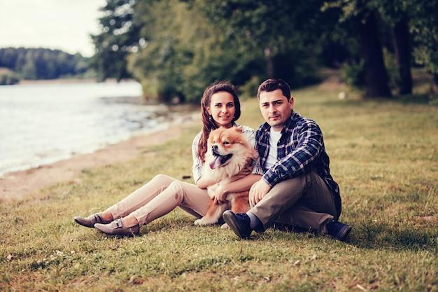 Coppia che riposa con un cane. Foto Premium