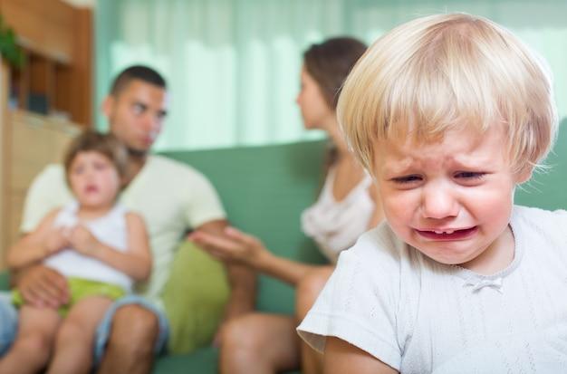 Coppia con figli che hanno litigio Foto Gratuite