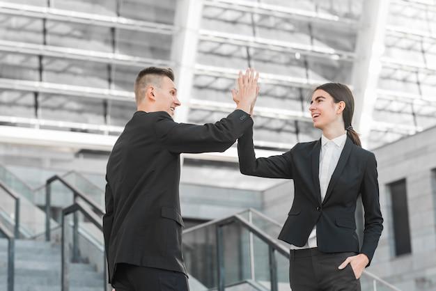 Coppia d'affari facendo il cinque Foto Gratuite