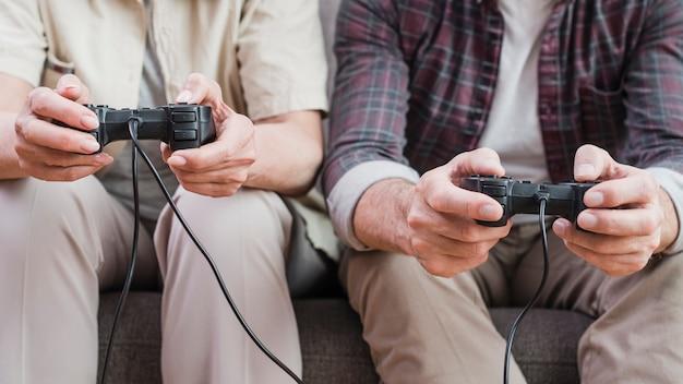 Coppia di anziani che giocano insieme ai videogiochi Foto Gratuite