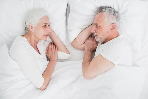 Coppia di anziani che riposa nel letto Foto Gratuite