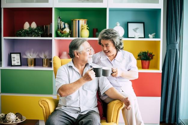 Coppia di anziani parlando insieme e bevendo caffè o latte Foto Gratuite
