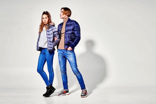 Coppia di giovani in abiti invernali in posa. abiti autunnali e invernali Foto Premium