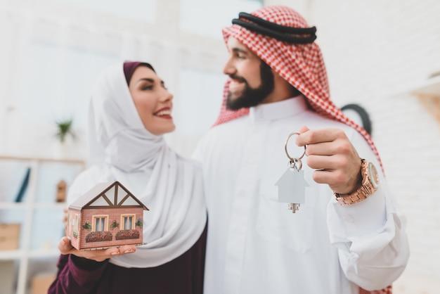Coppia di innamorati musulmani con chiavi di casa dream home. Foto Premium