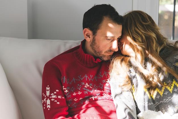 Coppia di innamorati seduti sul divano scaricare foto gratis - Coppia di amatori che scopano sul divano ...