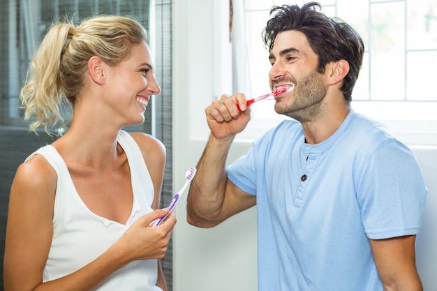 Coppia di lavarsi i denti in bagno Foto Premium