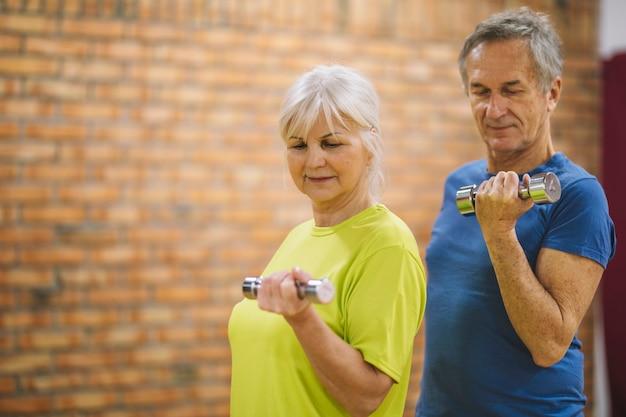 Coppia di pensionati in palestra Foto Gratuite