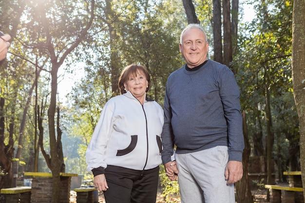 Coppia di pensionati sorridente all'aperto Foto Gratuite