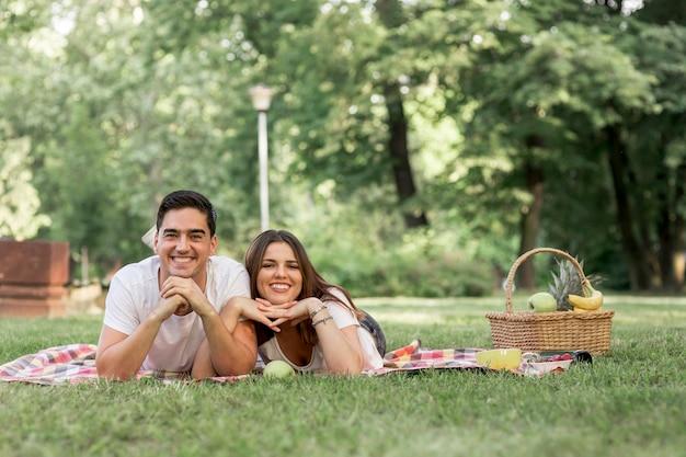 Coppia di smiley in posa per la fotocamera Foto Gratuite