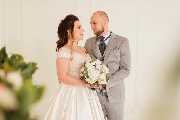 Coppia di sposi in posa Foto Gratuite
