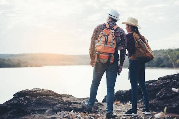 Coppia di turisti con zaini sulla montagna Foto Gratuite