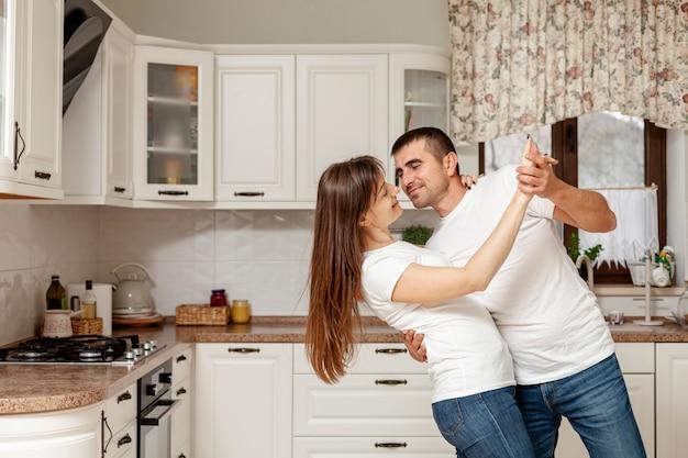Coppia divertente ballare in cucina Foto Gratuite