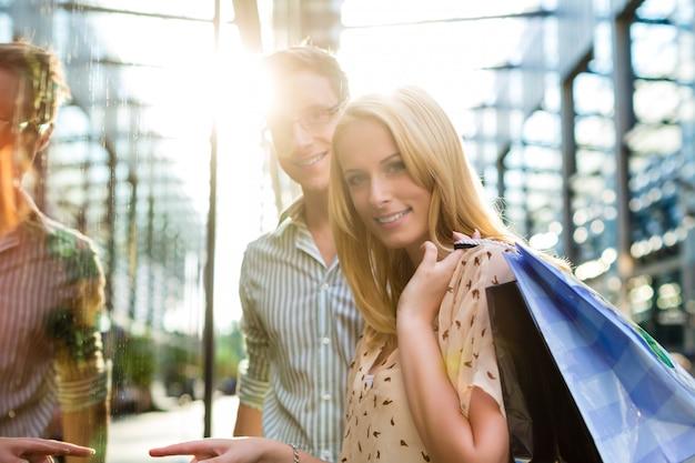 Coppia durante lo shopping e la spesa Foto Premium