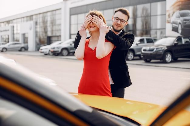 Coppia elegante ed elegante nel salone di auto Foto Gratuite