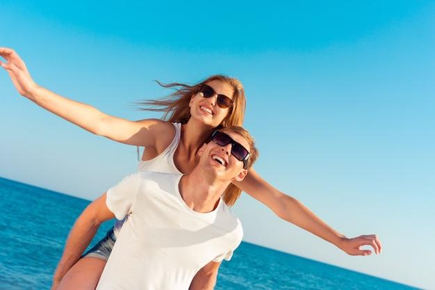 Coppia estiva in spiaggia Foto Premium